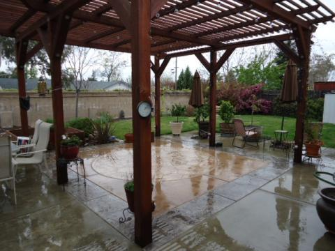 Traditional Patio with circular flagstone pattern
