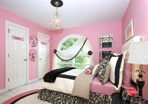 Traditional Kids Room with black and white floral pattern bedding