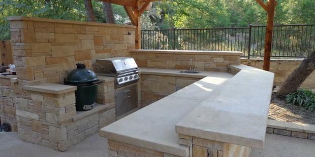 Southwestern outdoor kitchen in round rock sandstone for Kitchen remodeling round rock