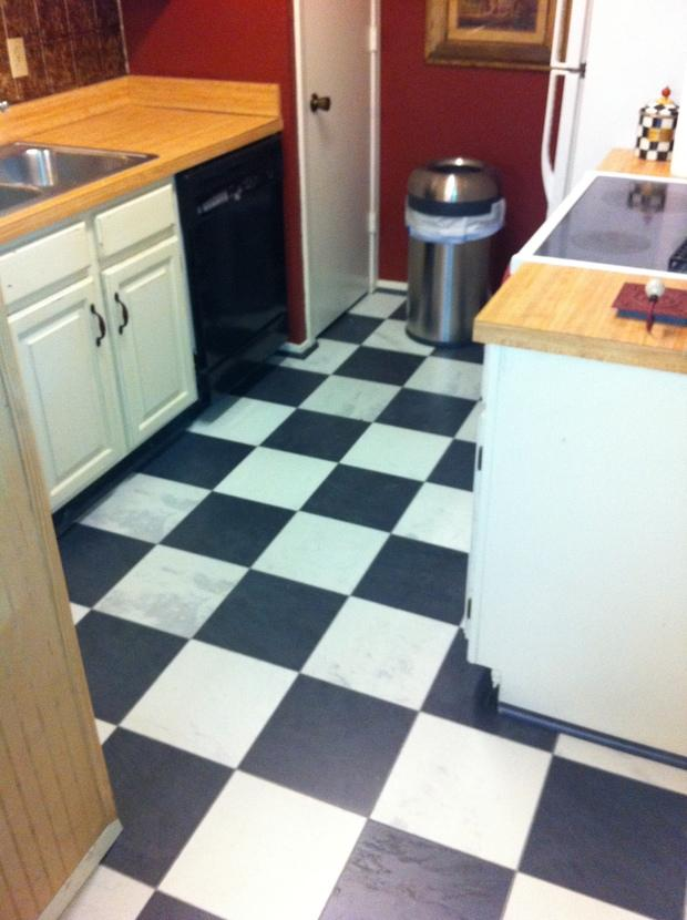 Vintage kitchen in mesquite white and black checkerboard for Checkered lino flooring