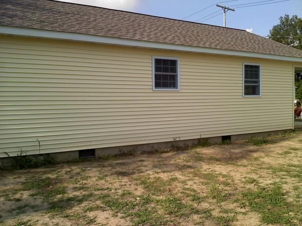 Cottage home exterior in galion yellow vinyl lap siding for Cottage lap siding