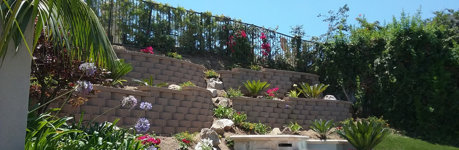 Garden Landscape with curvy segmented retaing wall