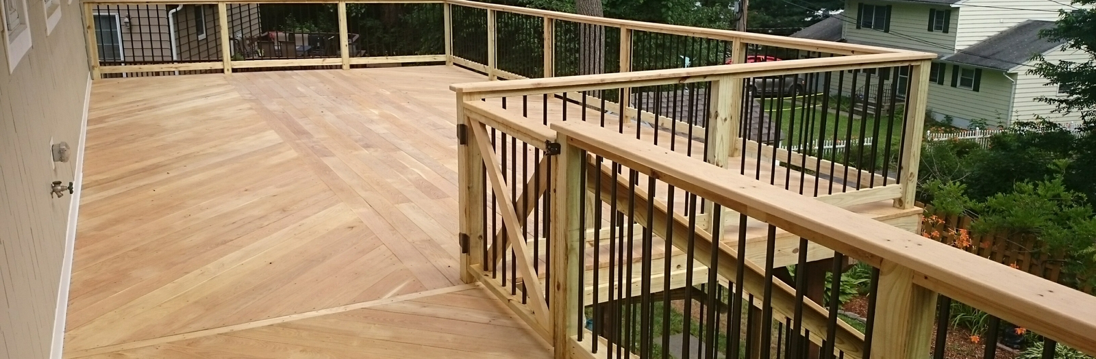 Casual / Comfortable Deck with aluminum baluster rails